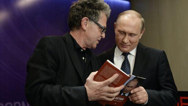 Президент Российской Федерации Владимир Путин (справа) во время посещения Международного информационного агентства Россия сегодня