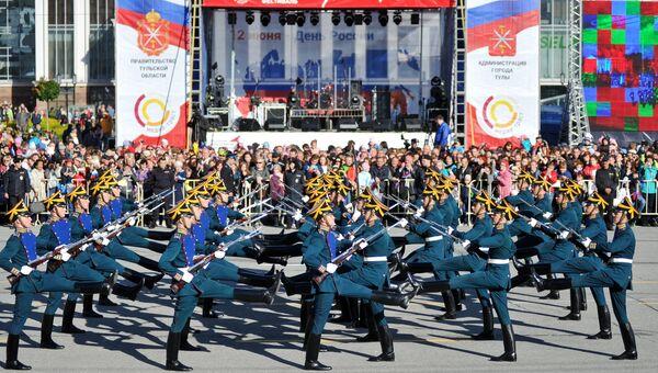 Развод пеших и конных караулов Президентского полка в День России в Туле