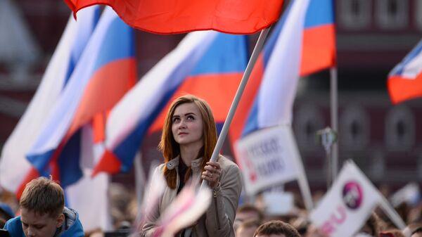 Девушка на праздничном концерте в честь Дня России на Красной площади. Архивное фото