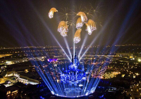 Фейрверк в честь открытия первого на территории континентального Китая парка развлечений Диснейленд в Шанхае