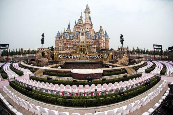 Места для посетителей церемонии открытия первого на территории континентального Китая парка развлечений Диснейленд в Шанхае