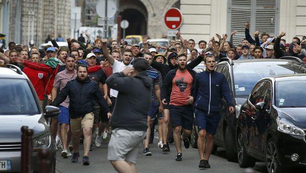 Английские болельщики преследуют российских в центре города Лилль, Франция. 15 июня 2016