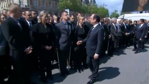Французский полицейский отказался пожать руку президенту