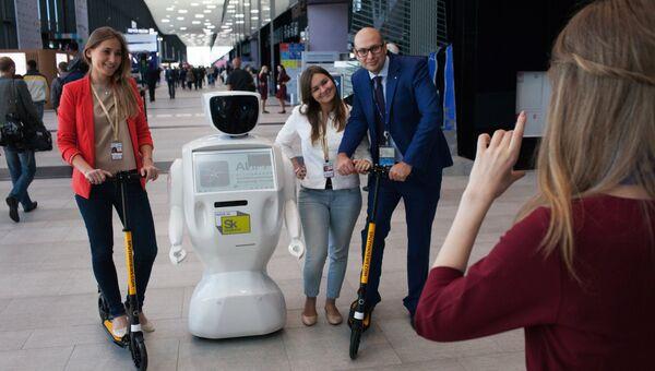 Посетители фотографируются с роботом Promobot на XX Петербургском международном экономическом форуме