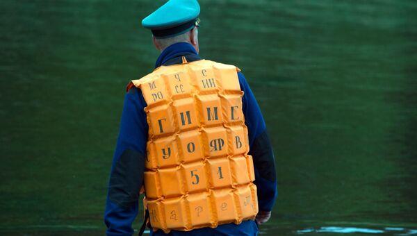 Спасатель во время поисково-спасательной операции в районе озера Сямозеро в Карелии