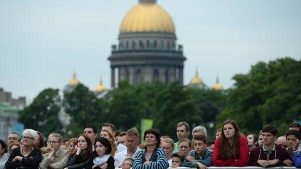 Зрители на концерте Симфонического оркестра Мариинского театра под управлением Валерия Гергиева на Дворцовой площади