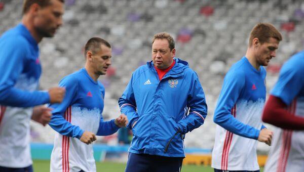Главный тренер сборной России по футболу Леонид Слуцкий во время тренировки на стадионе Мунисипал в Тулузе