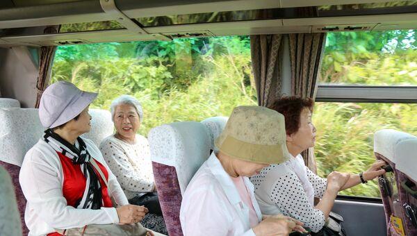 Японские пенсионеры в автобусе. Архивное фото