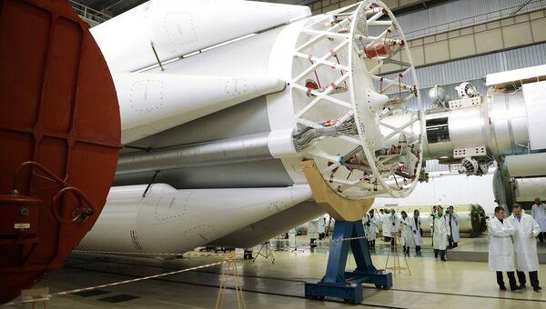 В цехе сборки ракет-носителей Протон. Архивное фото