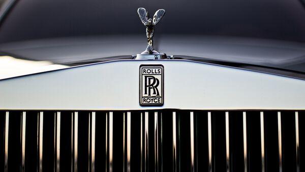 Эмблема Rolls-Royce на радиаторной решетке автомобиля