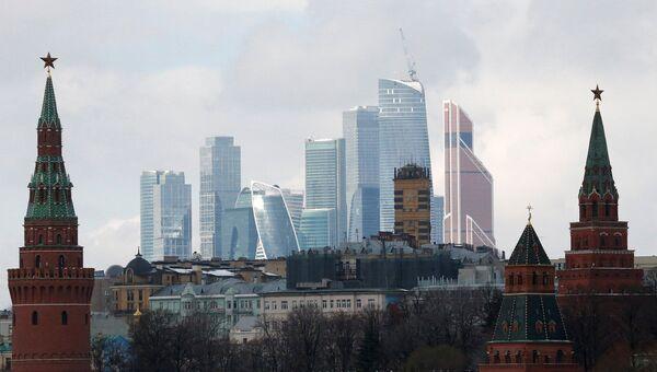 Вид на стену Кремля и деловой центр столицы Москва-Сити . Архивное фото