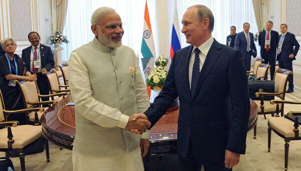 Президент РФ Владимир Путин и премьер-министр Индии Нарендра Моди во время встречи в Ташкенте