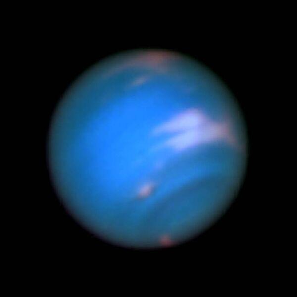 Темное пятно на поверхности Нептуна, открытое Хабблом