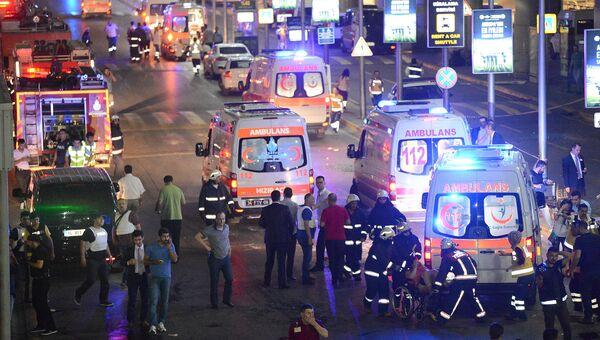 На месте теракта в аэропорту Стамбула Ататюрк. 29 июня 2016
