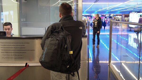 Паспортный контроль в стамбульском аэропорту. Архивное фото