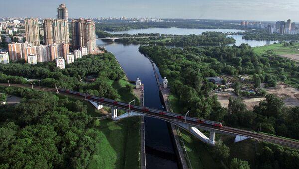 Железнодорожный мост через канал имени Москвы в районе Покровское-Стрешнево. Архивное фото