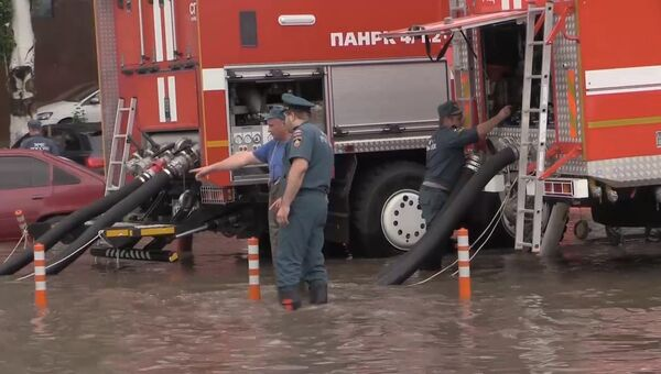 Откачка воды с подтопленных улиц в Ростове-на-Дону. Съемка МЧС