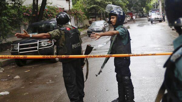Полиция Бангладеш возле ресторана, где люди держат заложников. 1 июля 2016 года
