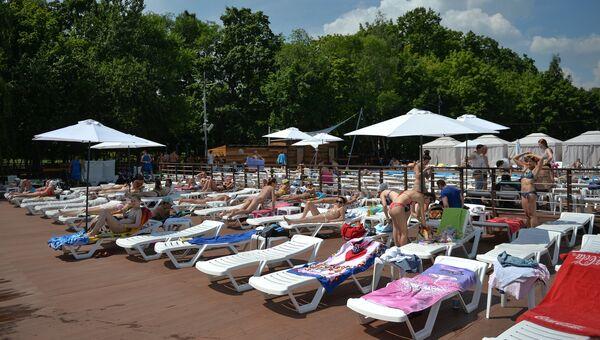 0c59d33be4402 Люди отдыхают на городском пляже Порт на ВДНХ в Москве. Архивное фото