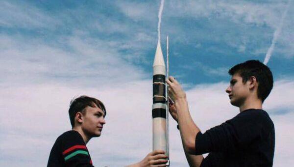 Школьники готовят ракету с баночным спутником к запуску