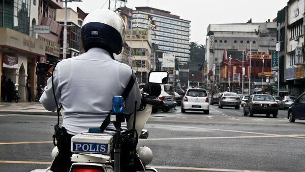 Полицейский патрулирует улицы Малайзии