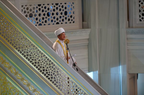 Председатель совета муфтиев России Равиль Гайнутдин во время торжественного намаза по случаю праздника Ураза-байрам в Соборной мечети в Москве