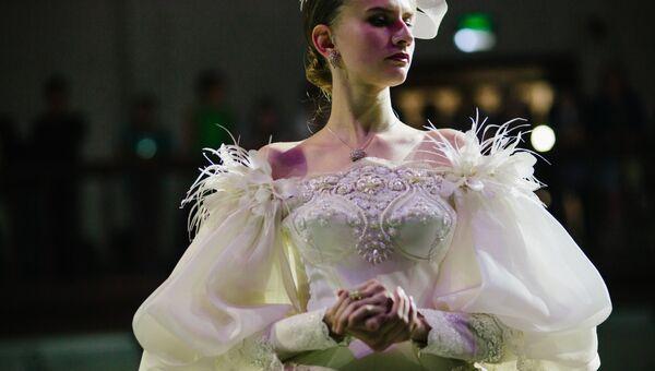 Модель демонстрирует одежду из новой коллекции коллекции Золотой век модельера Вячеслава Зайцева на XI фестивале моды Плес на Волге. Льняная палитра