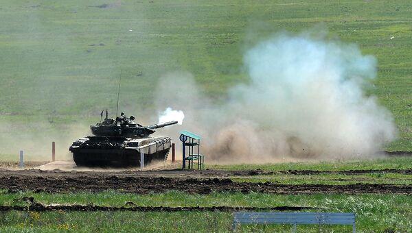 Танк Т-72 на огневом рубеже. Архивное фото