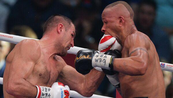 Слева направо: Сергей Ковалёв (Россия) и Айзек Чилемба (Малави) во время боя за титул чемпиона мира по версиям WBA (Super), WBO и IBF в Екатеринбурге