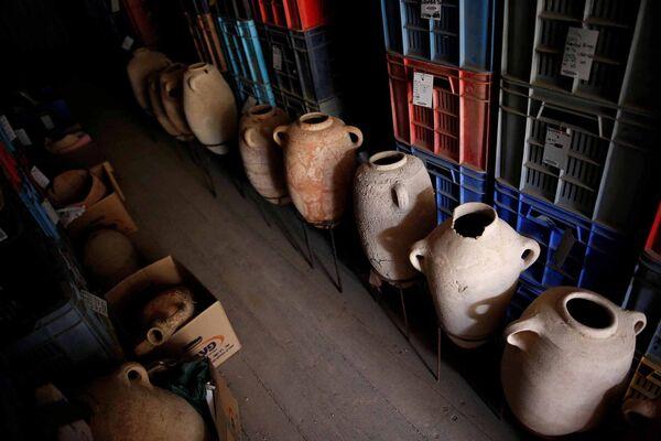 Глиняные находки в ходе раскопок на кладбище в израильском городе Ашкелон