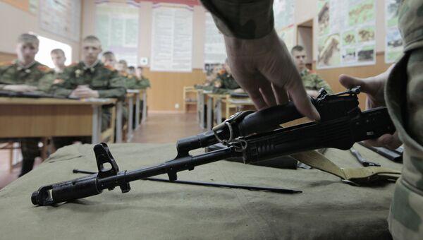 Воспитанники Санкт-Петербургского Суворовского военного училища на занятиях по военной подготовке. Архивное фото