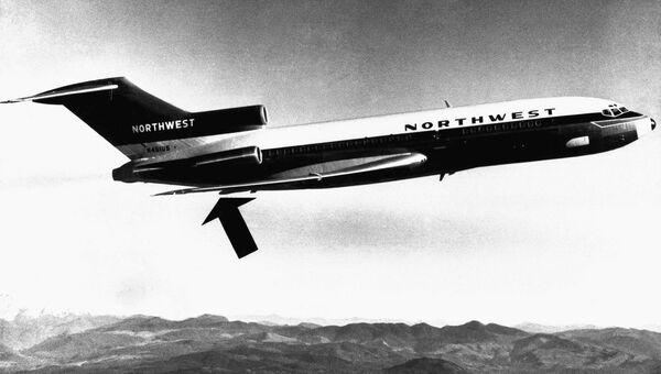 Угнанный Дэном Купером самолет Boeing 727 авиакомпании Northwest Airlines. Стрелкой указано место расположения хвостовой двери самолет, из которой Купер выпрыгнул с парашютом