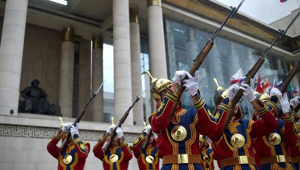 Почетный караул во время саммита Европа-Азия (ASEM) в Улан-Баторе. Архивное фото