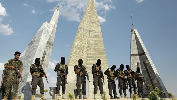 Бойцы союза Демократические силы Сирии на похоронах солдат, погибших в городе Манбидж. Архивное фото