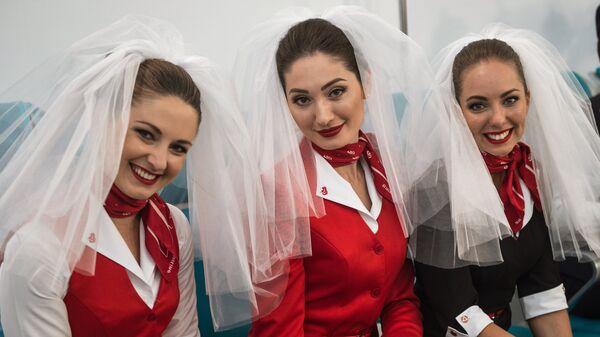 Модели демонстрируют одежду из коллекции Rusline на показе высокой авиационной моды DME Runway, приуроченном к международному Дню бортпроводника, в московском аэропорту Домодедово