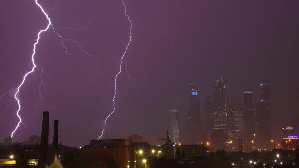 Молния над Московским международным деловым центром Москва-Сити