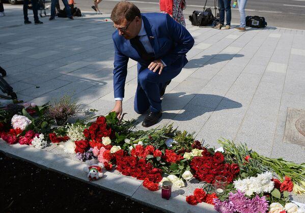 Константин Косачев во время возложения цветов у посольства Франции в Москве