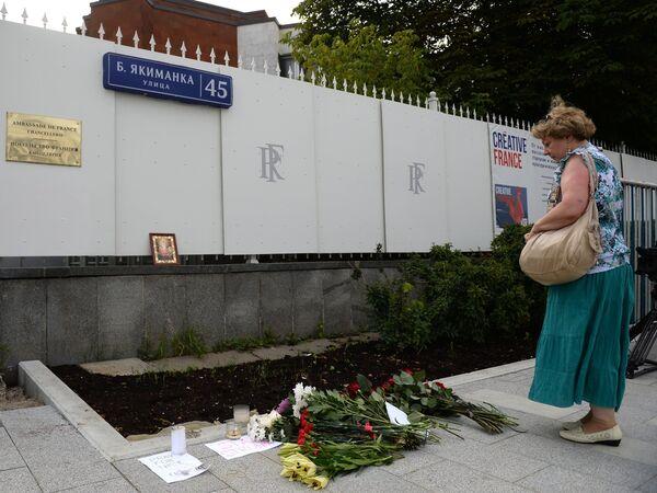 Цветы и свечи у посольства Франции в Москве в память о погибших в результате террористических акта в Ницце