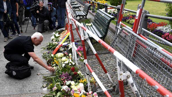 Человек оставляет цветы перед посольством Франции. Архивное фото