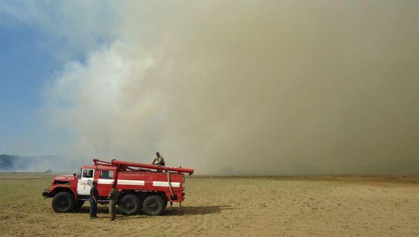 Пожарные машины на месте пожара на Украине. Архивное фото