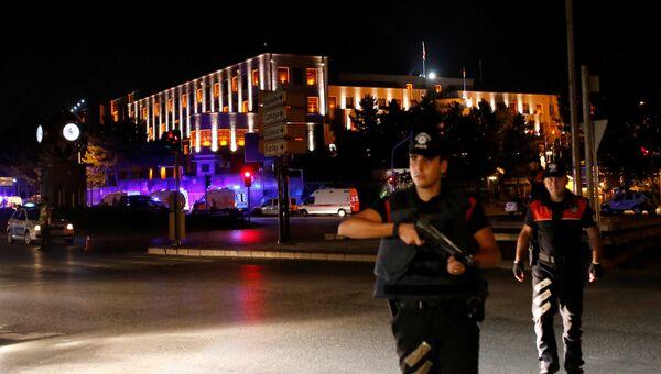 Сотрудники турецкой полиции возле здания военного штаба в Анкаре