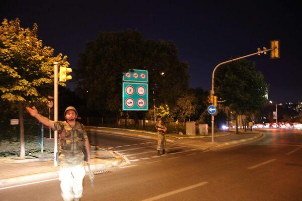 Военные у моста через пролив Босфор в Турции
