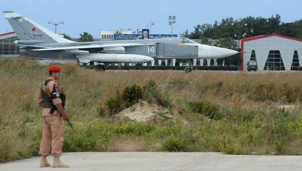 Российский самолет Су-24 на взлетно-посадочной полосе на авиабазе Хмеймим в Сирии