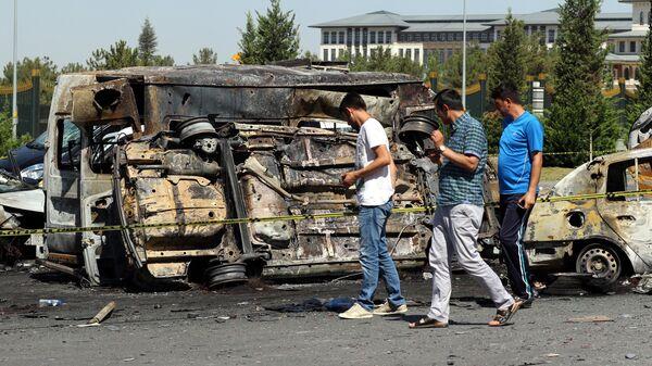 Сожженые автомобили у президентского дворца в Анкаре. 17 июля 2016