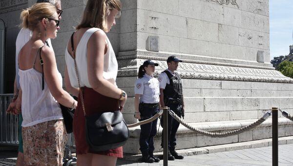 Участники минуты молчания по жертвам теракта в Ницце. Архивное фото