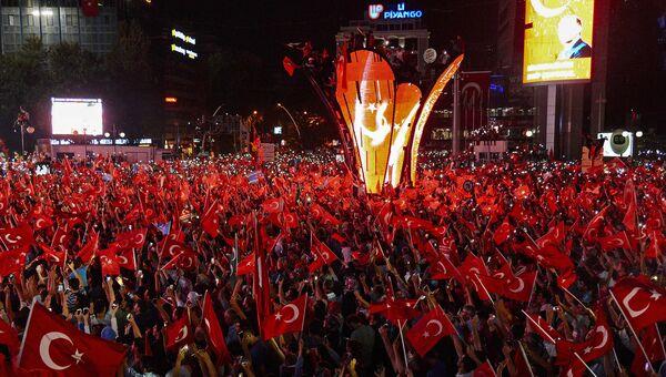 Митинг в поддержку президента Турции Тайипа Эрдогана в Анкаре. 17 июля 2016 года