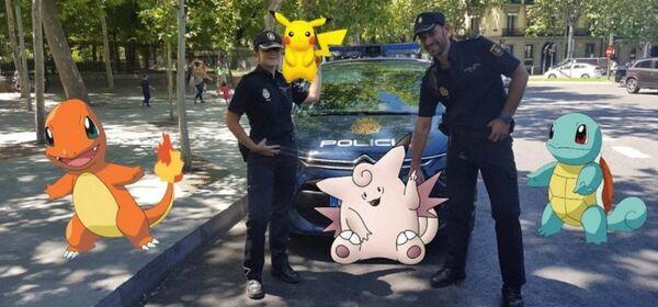 Сотрудники испанской полиции с персонажами Pokemon Go