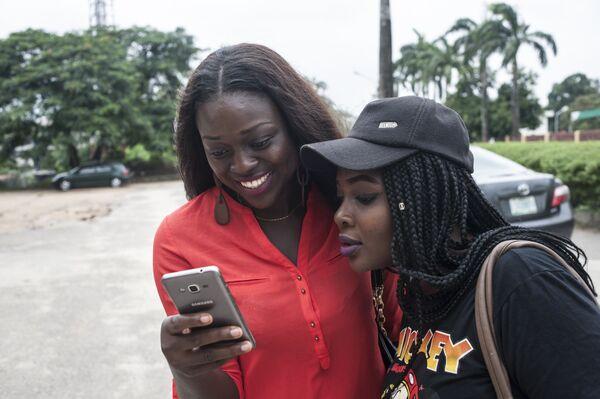 Студенты нигерийского университета Лагос играют в Pokemon Go
