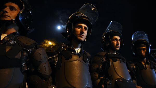 Полицейские стоят в оцеплении во время шествия гражданских активистов в Ереване