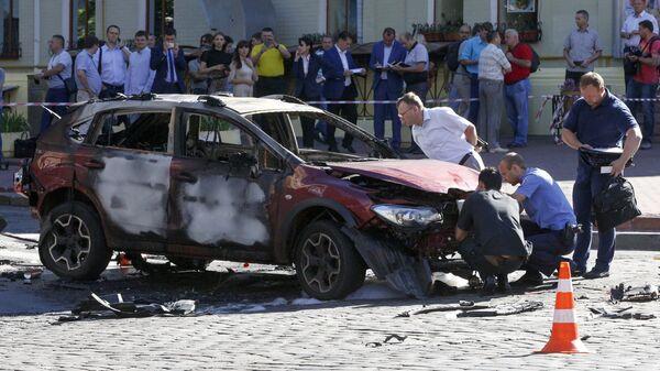 Сотрудники правоохранительных органов на месте взрыва автомобиля, в результате которого погиб журналист Павел Шеремет. Архивное фото
